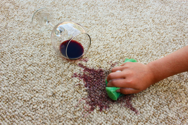 Χυμένο κρασί επάνω σε χαλί